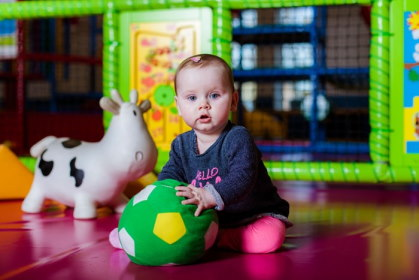 Kind speelt met bal in indoor speeltuin